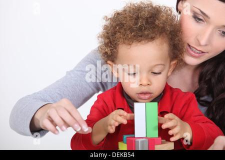 Maman jouant avec son fils adopté. Banque D'Images