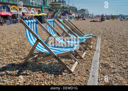 Bleu 4 transats sur la plage de galets Brighton Banque D'Images