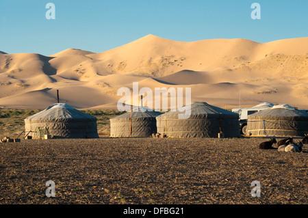 Gers nomades sous le sable des dunes de Khongoryn Els au coucher du soleil dans le désert de Gobi de Mongolie Banque D'Images