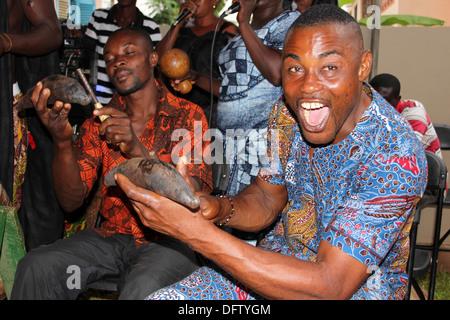 Fente de musiciens jouant des cloches cloches a.k.a Banana à un Post-Funeral Célébration Banque D'Images