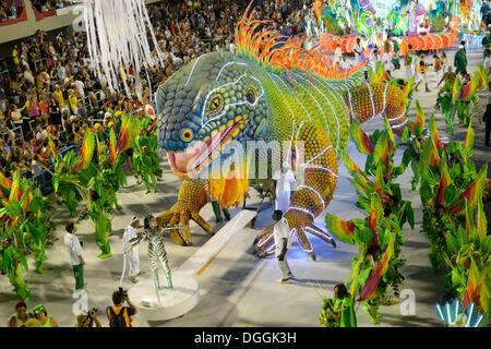 Iguane vert géant, défilé de l'Academicos do Rio Grande école de samba pendant le Carnaval de Rio de Janeiro en Banque D'Images