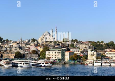 Mosquée de Suleymaniye, avec la Mosquée de Rüstem Pacha sur la gauche, Golden Horn, Eminönü, Istanbul, côté européen, Banque D'Images