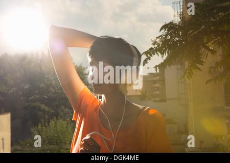 Woman wearing headphones Banque D'Images