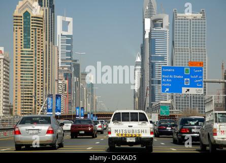 Le trafic sur la route Sheikh Zayed, à Dubaï. Banque D'Images
