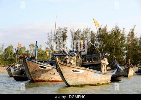 Bateaux de pêche sur la rivière Thu Bon, Hoi An, Quang Nam, le centre du Vietnam, Vietnam, Asie du Sud, Asie Banque D'Images