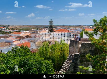 Le Portugal, l'Algarve, vue sur les toits du château de Tavira Banque D'Images