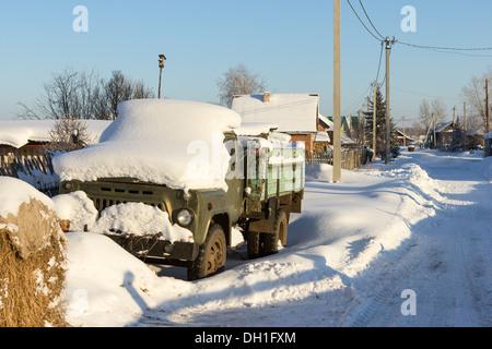 Seul un vieux camion sur la route d'hiver 24. Banque D'Images