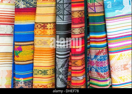 Marché d'Otavalo, des textiles colorés, dans la province d'Imbabura, Équateur Banque D'Images