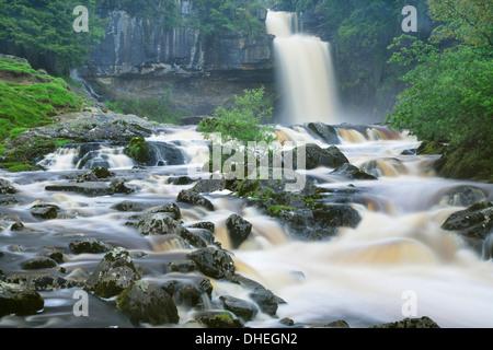 Thornton, La Force des chutes d'Ingleton à pied, Yorkshire Dales National Park, North Yorkshire, Angleterre, Royaume Banque D'Images