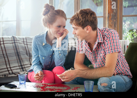 Couple doing heart shaped jigsaw Banque D'Images