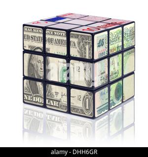 Un puzzle cube avec des billets en euros de chaque côté - avec le dollar américain, la livre sterling et l'Euro. Banque D'Images