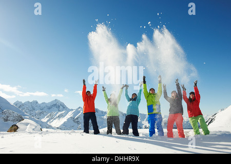 Les amis throwing snow mid-air, Kuhtai, Autriche Banque D'Images