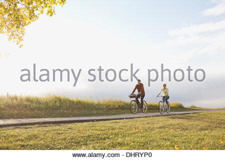 Toute la longueur du couple à vélo sur route de campagne Banque D'Images