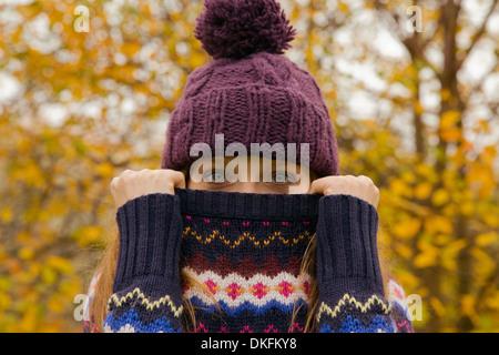 Close up portrait of young woman in park avec le cavalier face cacher Banque D'Images