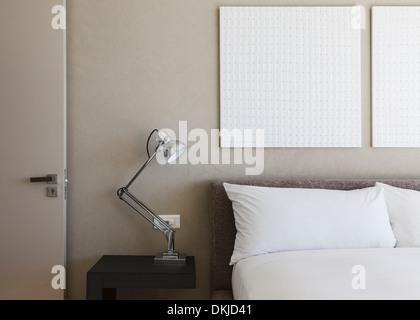 Lampe et l'art de mur de chambre à coucher moderne Banque D'Images