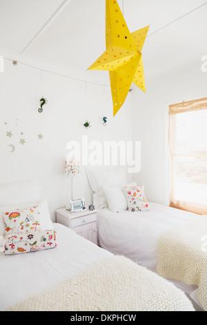 Étoile jaune lampe et décoration murale dans chambre à coucher de childrens Banque D'Images