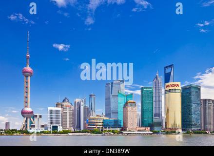 Les toits de Shanghai Pudong avec Oriental Pearl de Chine, République populaire de Chine, l'Asie Banque D'Images