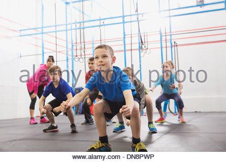 Les enfants pratiquant en colère à pied de gorille dans Crossfit class Banque D'Images