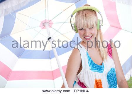 Parapluie woman listening to headphones Banque D'Images