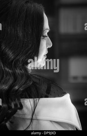 Portrait de femme belle à la voiture dans l'obscurité avec la lumière sur son visage. Portrait en noir et blanc, Banque D'Images