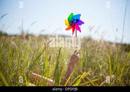 Femme couchée dans l'herbe haute tenue moulin Banque D'Images