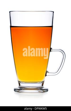 Boissons: thé noir en verre, verre isolé sur fond blanc Banque D'Images
