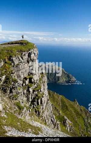 Walker à l'égard de Bunglas près du sommet de Slieve League, comté de Donegal, Irlande. Banque D'Images