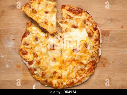 Pizza au fromage entier avec la première coupe prises Banque D'Images