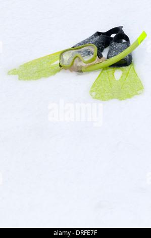 Tuba, masque et palmes sur la neige Banque D'Images