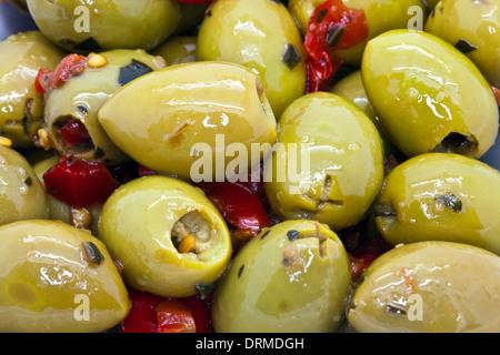 Olives vertes épicée close-up comme arrière-plan. Banque D'Images