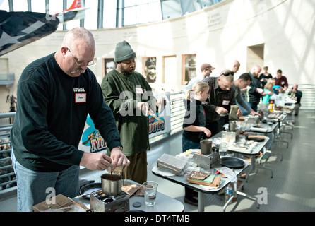 À l'investiture dans le National Museum of the Marine Corps Second Annual MRE Cook off commencer combinant des rations Banque D'Images