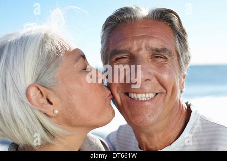 Femme Homme picorant sur la joue Banque D'Images
