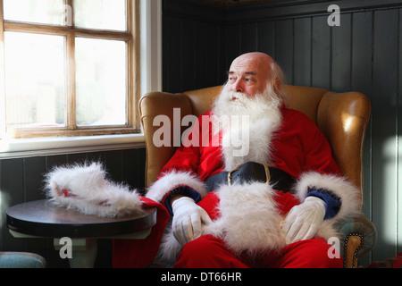 Le Père Noël se briser en fauteuil Banque D'Images