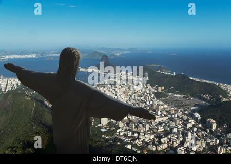 Statue du Christ Rédempteur et le littoral, Rio de Janeiro, Brésil Banque D'Images