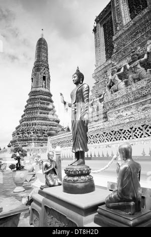 Statues de Bouddha thaï au Wat Arun, temple thaïlandais en noir et blanc, Bangkok, Thaïlande Banque D'Images