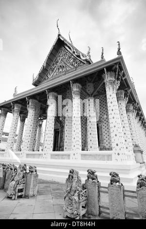 Temple thaï en noir et blanc, Wat Arun, Bangkok, Thaïlande Banque D'Images