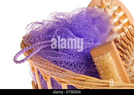 Baignoire spa massage anticellulite avec kit peigne, brosse, éponge et brosse à panier isolé sur fond blanc Banque D'Images