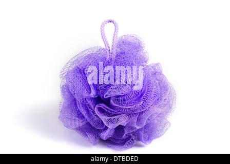 Baignoire de massage éponge violet isolé sur fond blanc. Avec l'ombre. Banque D'Images