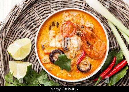Soupe Thaï épicé Tom Yam au Lait de Coco, Piments et fruits de mer Banque D'Images