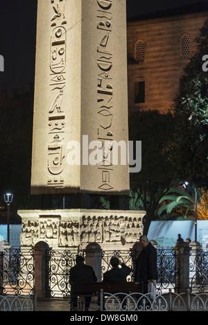 L'obélisque égyptien et base commémorant son acquisition par Théodose 1er. Dans l'Hippodrome, Sultanahmet, Istanbul, Banque D'Images