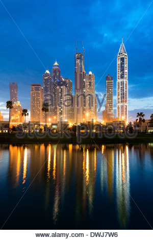 Nuit vue sur les gratte-ciel du quartier du port de plaisance de Dubaï, Emirats Arabes Unis Banque D'Images