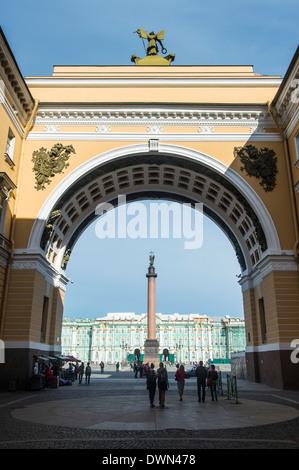 La place du palais avec la colonne Alexandre en face de l'Ermitage (Palais d'hiver), site de l'UNESCO, Saint-Pétersbourg, Banque D'Images