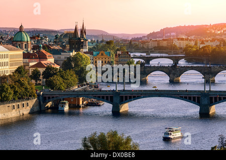 Plus de Vitava river et le pont Charles et les ponts de Prague. Banque D'Images
