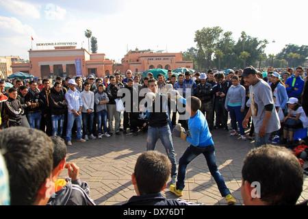 Deux garçons fort dans la place Djemaa el Fna, Marrakech, Maroc Banque D'Images