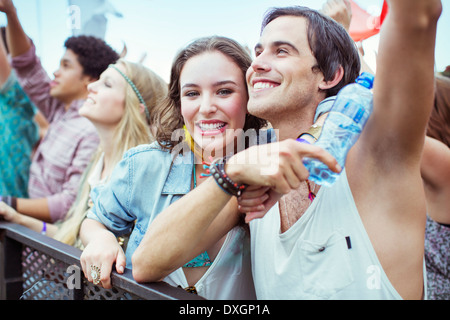 Couple cheering at music festival Banque D'Images