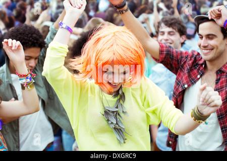 Femme en perruque dancing at music festival Banque D'Images