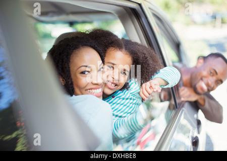Portrait de famille heureuse leaning out car windows Banque D'Images