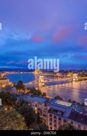 Vue sur le Pont des chaînes est éclairée la nuit, Budapest, Hongrie Banque D'Images