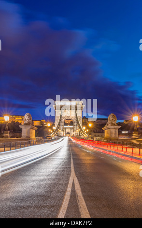 Pont des Chaînes allumé au crépuscule, Budapest, Hongrie Banque D'Images