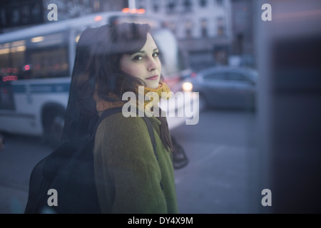 Young woman carrying guitar case Banque D'Images